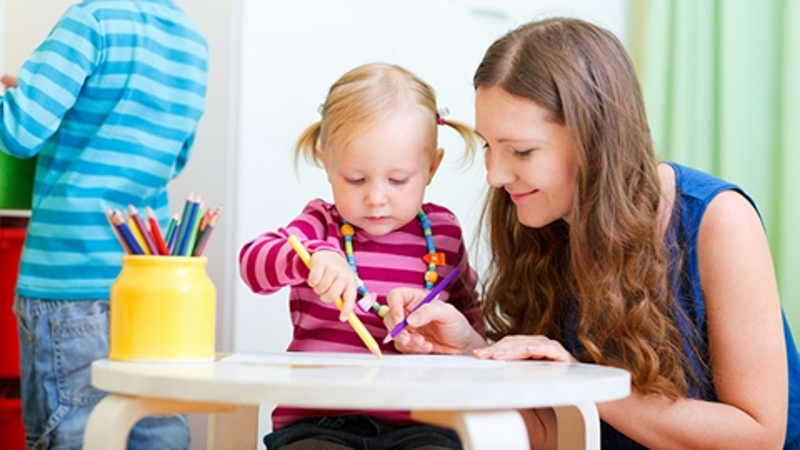 Barn på förskola som målar